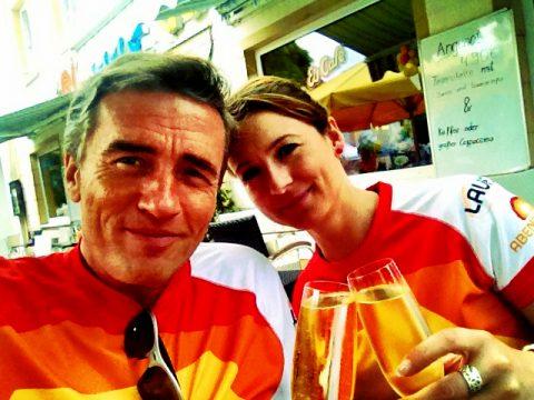 Anna und Stefan beginnen den Lauf 2013 erstmal mit einem Glas Prosecco. Nicht wirklich prickelnd - aber lustig...