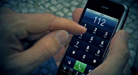 Endbild. Und das sieht dann so aus: Der Finger tippt die 112 auf dem Smartphone ein.