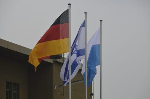 Der Gedenkakt auf dem Fliegerhorst Fürstenfeldbruck beginnt nun - der Trommelwirbel verkündet es! Gleichzeitig setzt eine Fahnenabordnung der Bundeswehr die Flaggen auf dem Platz auf Halbmast!