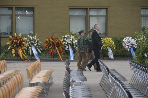 Protokoll & Polizei checken die Szenerie noch einmal - genau hier starben vor 40 Jahren auf dem Fliegerhorst Fürstenfeldbruck viele Menschen.