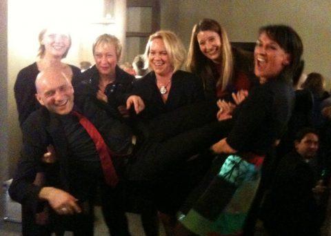 Die Stunde danach! Kleine Intern-Feier - die Damen tragen Regisseur Thomas auf Händen...