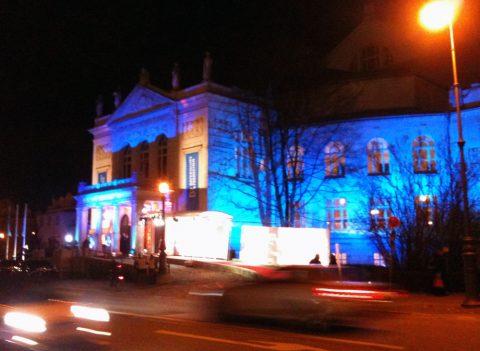 Blaue Stunde: Drinnen fließt das Mineralwasser - draußen der Verkehr! Das Prinzregententheater trägt heute ein blaues BR-Kleid. Und ganz ehrlich: Sehr schick...;-)