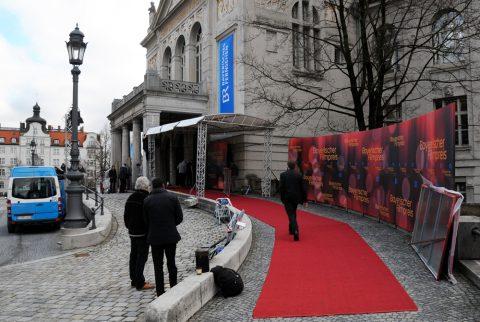 Ein Theater schmückt sich: Das Münchner Prinzregententheater legt seine Abendgarderobe an. Viele BR-Fahnen, blaues Licht und natürlich der rote Teppich!