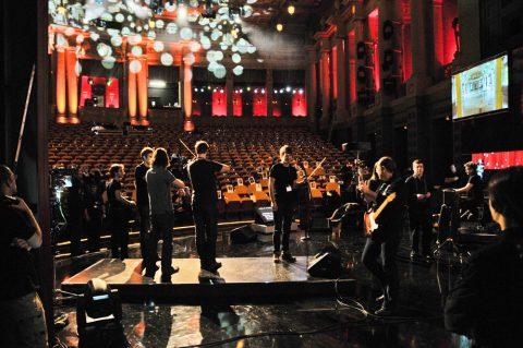 Erste Geige: Zucchero ist heute abend unser Stargast. Zur Generalprobe rückt schon mal sein Streichorchester an.