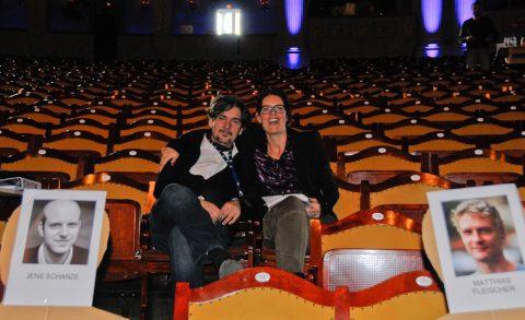 Die ersten Zuschauer: Redakteurin Sonja und Filmemacher Carlos genießen für einen Moment die Früchte wochenlanger Vorbarbeiten.