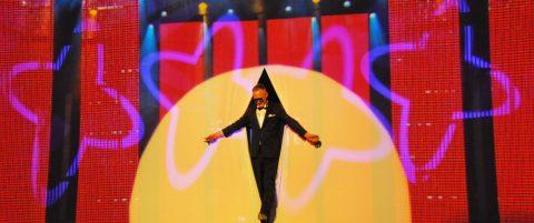 Go! Die Generalprobe beginnt. Christoph im Film verwandelt sich zu Christoph live. Mit einem Teppichmesser teilt er die Leinwand und flaniert auf die Bühne.