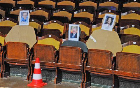 Platz da! Die VIP-Sitze tragen nicht nur Namen, sondern auch Bilder. So weiß die Kamera-Crew sofort, wo Frau Elsner oder Herr Ministerpräsident sitzen.