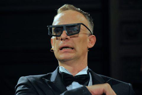 Brill-ant. Der Anfangs-Gag mit der 3D-Brille zündet bei der Generalprobe. Und auch später in der Live-Sendung. Well done, guys.
