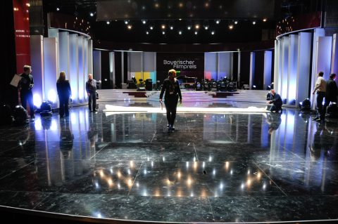 Bühne frei: Noch wird die Leinwand zugeschnitten und die Kulisse feingemacht. Es ist Freitag mittag und in sechs Stunden startet die Show. He, das schaffen wir...
