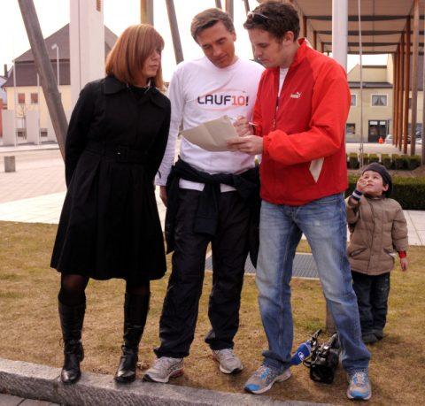 Erst so dann so: Regisseur Christian erklärt Lauf10-Erfinderin Tanja und Stefan nochmal Text & Taktik
