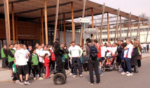 Treffpunkt Hopfenmuseum: Wir versammeln uns - und warten auf den Startschuss vom rollernden Kameramann Tom