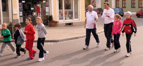 """Und nochmal: Dreimal heisst es """"Kommando zurück!"""" und wir traben alle zusammen wieder zum Hopfenmuseum. Erstes Fachsimpeln unter großen und kleinen Läufern"""