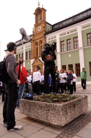 """Schlusskundgebung: Die Laufgruppe ruft laut """"Lauf10"""" in die Kamera - und das Rathaus erzittert"""