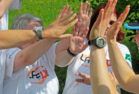 Alle für einen und einen für alle: Läufer und Paten klatschen sich Mut zu...;-)