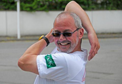 Zirkusreif: Dieter führt Caros Lockerungsübung vor...