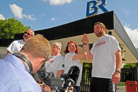 Das BRingts! Unsere Lauf-Kandidaten präsentieren sich im Schatten des BR-Logos!