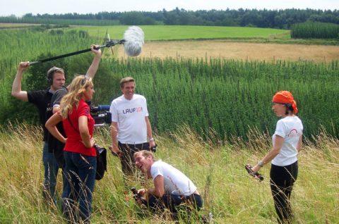 Teamwork: Markus springt für die Kameras nochmal ins Feld