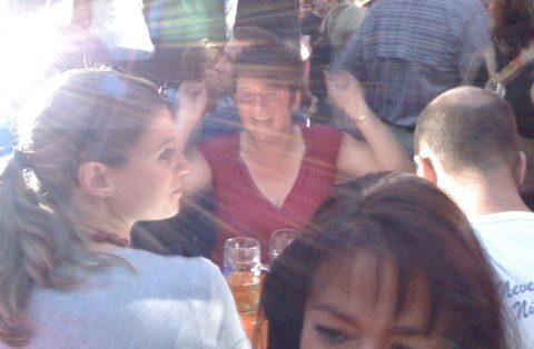 Glückliche Sieger: Angelika kann ihr kühles Bier jetzt voll genießen!
