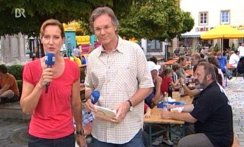 Grüßgott! Die Abendschau geht um 17.35 Uhr auf Sendung - heute live komplett aus Wolnzach...