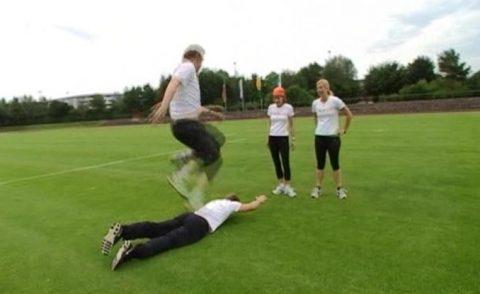 Hopp-hopp: Wir absolvieren am Morgen ein hartes Aufwärm-Training im Wolnzacher Stadion!
