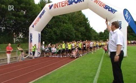 Peng: Bürgermeister Jens Machold gibt den Startschuss und über 1200 Läufer machen sich langsam auf den Weg...