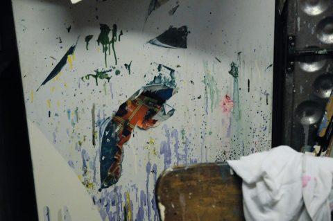 Buntes Atelier: So muss eine Künstler-Werkstatt aussehen - Millionen Farbtupfer - zum Beispiel auf dieser Kühlschrank-Türe... ;-)