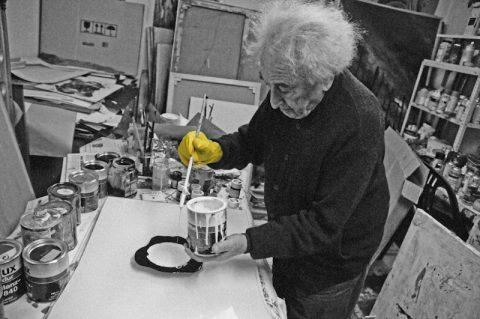 Zerbrechlich: Unser erstes Bild entsteht auf Glas. Max geht üppig mit den Farben um.