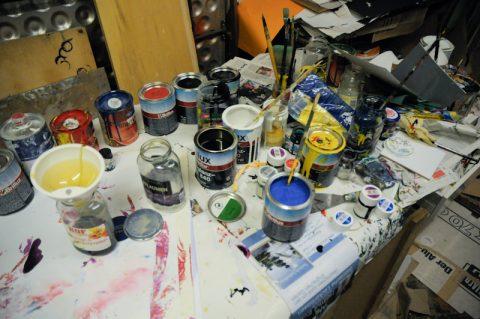 Farbenrausch: Wir stellen die Kunstlacke bereit. Und immer griffbereit: Eine Büchse Terpentin.