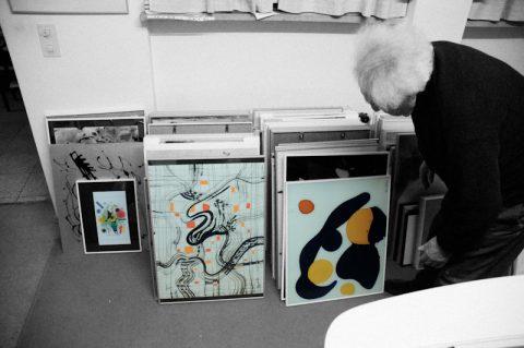 Jedes Bild hat eine Geschichte: Max zeigt seine früheren Werke - viele davon wandern regelmässig in Ausstellungen.