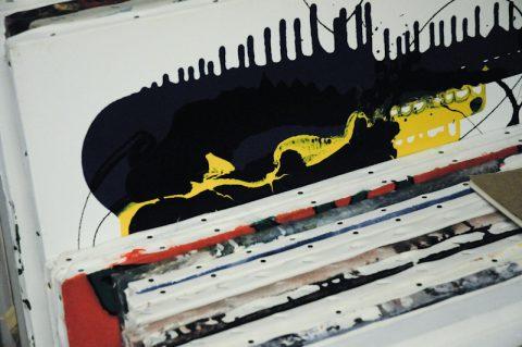 Großes Werk: Im ganzen Haus finden sich seine Bilder - seit 1954 malt Max Mannheimer - mit vielen verschiedenen Techniken. Vor allem aber experimentiert er gerne mit Materialien, Farben und Formen!