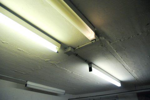 Untergrund: Die Werkstatt von Max liegt im Keller - mit viel Neonlicht und wenig Sonnenstrahlen. Aber, so sagt Max, Kunst kommt von innen - da braucht es keine Sonne von außen...