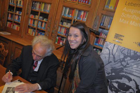 Jung und alt: Auch Schülerin Sophia lässt sich ihr Buch signieren. Sie hat mit ihrer Klasse vor kurzem die Gedenkstätte in Dachau besucht, das Tagebuch von Max gelesen - und trifft den großen Mann zum ersten Mal.