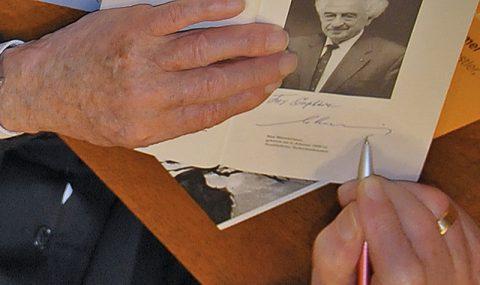 """Für Sophia: Max widmet auch sein """"Spätes Tagebuch"""", in dem er seine Lebensgeschichte niedergeschrieben hat."""