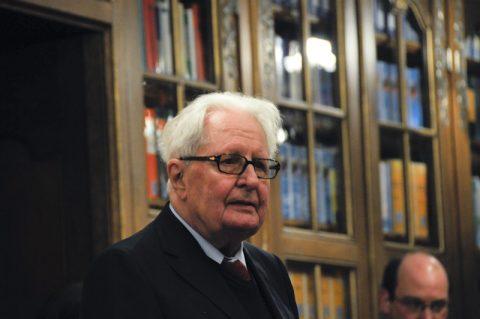 Noch ein OB: Münchnens Alt-Oberbürgermeister Hans-Jochen Vogel stellt das Buch vor - und schlägt auch gleich eine zweite Auflage mit der ein oder anderen Korrektur vor. Die Gäste im Saal schmunzeln.