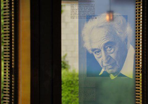 Zeichen setzen: Ein Max-Portrait von Elija Boßler ziert die Eingangshalle im Jugendgästehaus in Dachau.