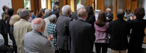Stehende Ovationen: Alle Gäste erheben sich applaudierend von den Plätzen.