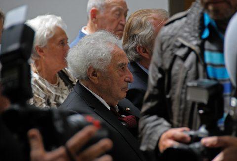 Zuhören: Max - umgeben von Kameras und vielen Freunden - hört ganz genau hin. Er weiß später jedes Wort, das die Redner formuliert haben.