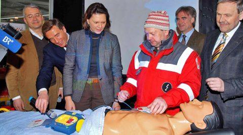 Wie auch die Ministerin: Aber als ausgebildete Rettungsschwimmerin kennt sie die Handgriffe.