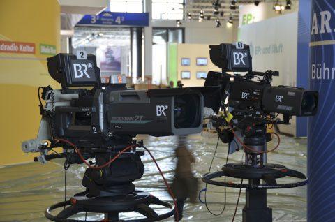 Aufbau-Tag: Die Kameras stehen auf einem Ozean von Plastikfolie - einen Tag vor dem Startschuss sieht es noch immer aus wie auf einer Messe-Baustelle. Aber Insider wissen: So sieht es immer wenige Stunden vor der Toröffnung aus...