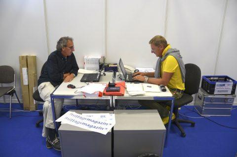 Bürotag: Teamchef Ulli und Produktionsboss Wally nehmen Kontakt auf - zu Sendeplänen, Kalkulationen und e-Mail-Postfächern. Das Leben zwischen Kisten und Kästen hat begonnen...;-)