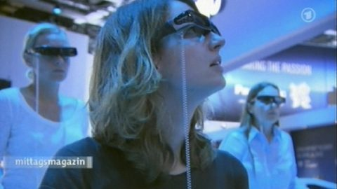 Drei-Deee: Rosarote Brillen gibts hier nicht - dafür jede Menge Shutter- und Polbrillen für den 3D-Look! Noch immer ein großes Thema auf der IFA. Und: Wir sehen die ersten 3D-Fernsehbilder auch ohne Brille. Fazit: Coole Sache!
