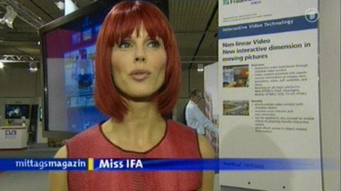 Rendezvous: Am Ende der Sendung treffen wir noch Miss IFA und flirten uns 90 Sekunden lang durch die Messewelt! Tolle Frau...;-)
