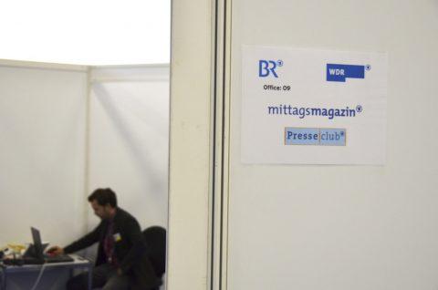 Office 09: Im Backstage-Bereich von Halle 2.2 öffnet sich eine ganze Bürowelt. Hier die Wabe 09 für das Mittagsmagazin-Team und für den Presseclub, der erst nach uns anreist!