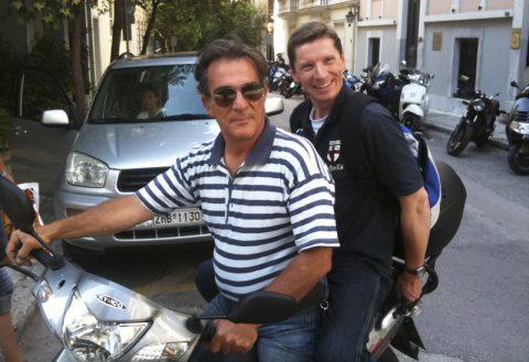 Abgefahren. Helldriver Georg nimmt Co-Produktionschef Stefan als Sozius mit. Nur mit dem Zweirad kommst Du schnell und sorglos durch den Athener Verkehr. Ideal für Band-Transporte und anderes...