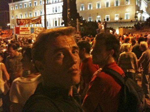 Bitte friedlich bleiben. Auch das Mima-Team erlebt die Stunden auf dem Syntagmaplatz mit. Wir hoffen, dass die Proteste friedlich verlaufen.