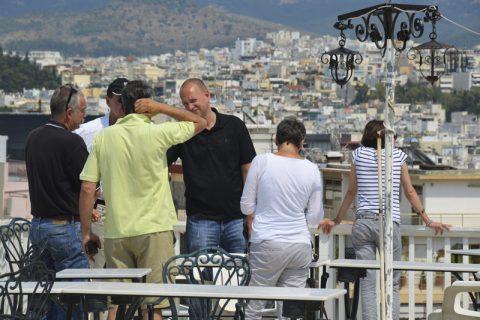 """Rundumblick. Unsere Sende-Hotelterrasse im """"Acropolis View Hotel"""" bietet ein Traum-Panorama. Erste Kameraeinstellungen werden festgelegt."""