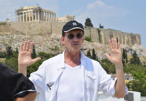Hände hoch. Regisseur Luc deutet die Hauptblickrichtung an. Der Zuschauer soll ebenfalls atemlos auf die Akropolis blicken.