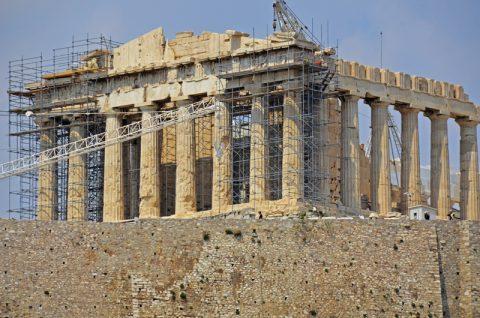Baustelle Antike. Hier oben gibt es immer was zu tun. Bauarbeiter und Experten reparieren seit Jahren die Sünden von früher. Zum Beispiel die alten Eisenklammern, mit denen die Griechen die Säulen zusammengetackert haben. Das rostige Eisen frisst sich auch durch den Marmor - es musste wieder raus.