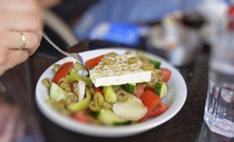"""Mahlzeit. Unser täglich """"Brot"""" - der gute alte griechische Salat - mit Fetakäse, Tomaten, Gurken und vielen anderen gesunden Sachen. Genau der richtige Snack für 40 Grad im Schatten..."""