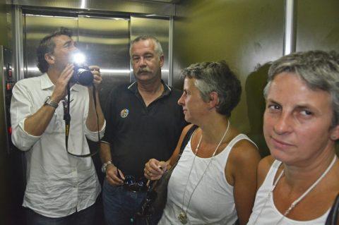 Erdgeschoss. Das Mittagsmagazin-Team fährt mal wieder Aufzug - und hofft, unten gut anzukommen - so, wie der Aufzug klingt, schabt und ruckelt...